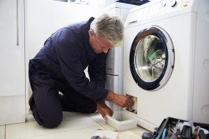 Jonathan repareert een wasmachine in Eindhoven