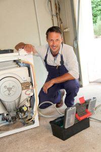 Barry doet wasmachine reparatie